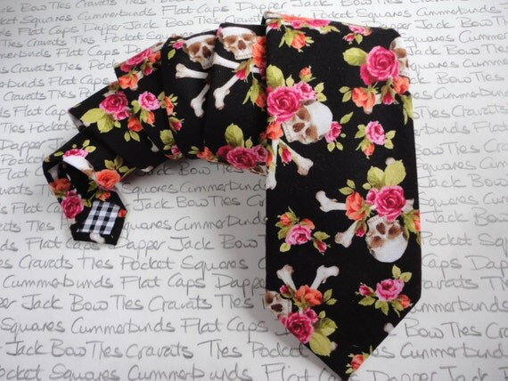 Skulls and roses neck tie, pink roses on a black background