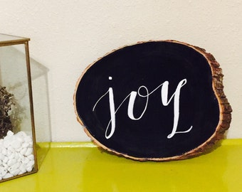 "Hand lettered chalkboard tree slice / Chalkboard calligraphy sign / Christmas decor / ""Joy"""