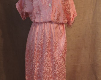 1290 - Vintage GIANNA Day Dress Size M Shell Pink Short Sleeve Knee Length 1977-89