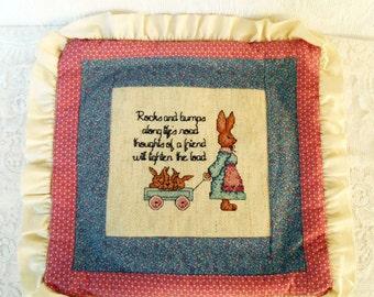 Vintage handgemaakte kussen dekken, jaren tachtig jaren negentig, blauwe Mauve kussen, Needlepoint Bunny kussen dekken, rotsen en hobbels zeggen, Chic Cottage