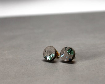 Bling Bling, earstuds made of grey concrete and crystal splinters