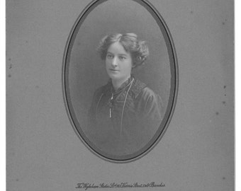 Photographic portrait of a woman, 1914, oval, vintage photograph, head and shoulders picture, grey mount, Wykeham Studios, London, old photo