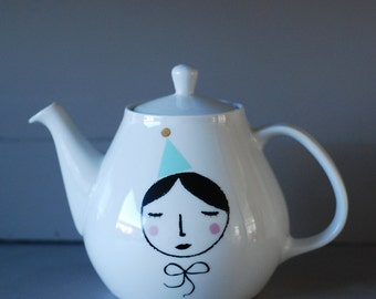 Girl with a party hat medium sized teapot