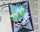 Halloween Collection! MINI glow-in-the-dark skull pin - 1940s 50s confetti lucite style novelty halloween  brooch by Luxulite