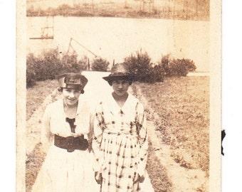 vintage Photo Teen Girls Dress Hat at Lake 1917 snapshot