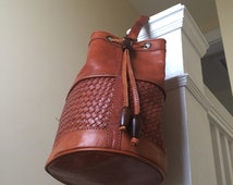 Vintage Woven Leather Bucket Bag // brown 70s shoulder purse - BEST! // hippie cinch close wooden beads 1970s