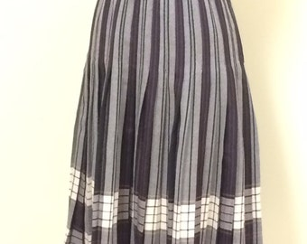 Vintage Plaid Skirt - Gray and Black Wool Plaid Skirt - 1970s Vintage Skirt - Classic for Fall and Winter - Flat Front Pleated - 24 Waist