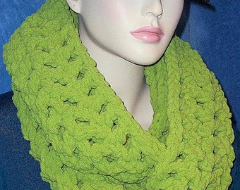 Green Crochet Infinity Scarf, Green Chunky Infinity Scarf, Green Crochet Scarf, Plush Infinity Scarf Crocheted Infinity Scarf, Green Scarf