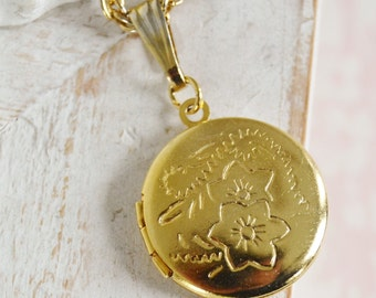 Vintage Small Locket with Floral Details and a Gold Metal Chain