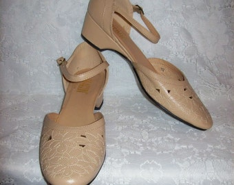 Vintage Ladies Tan Ankle Strap Sandals Shoes by Beacon Size 9 N Only 11 USD