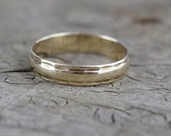 9ct Gold Band Ladies Ring with Hammered Edge Pattern Details Size UK O 1/2 and US 7.50 Hallmarked 1985