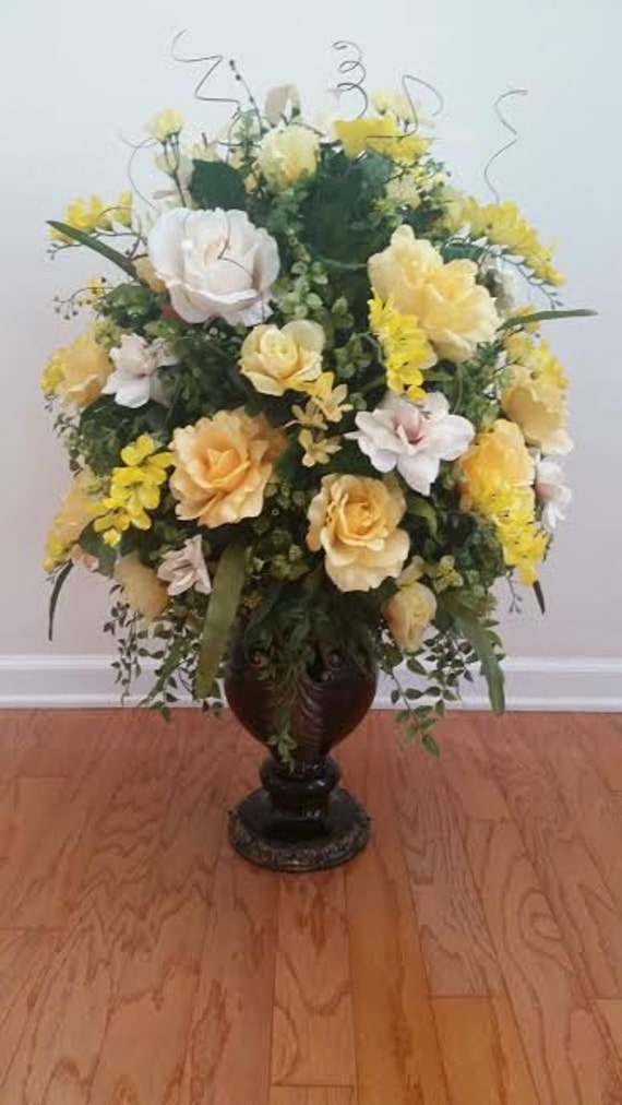 Elegant traditonal floral arrangement dining room foyer entry for Foyer flower arrangement