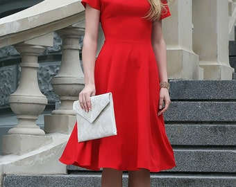 Romantic red dress with circle skirts and rounded neckline. Classic dress cut with short sleeves.