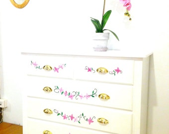 Commode PRINTEMPS -- 5 tiroirs, upcyclée, blanc / fleurs roses, poignées dorées, peinte à la main par SophieLDesign