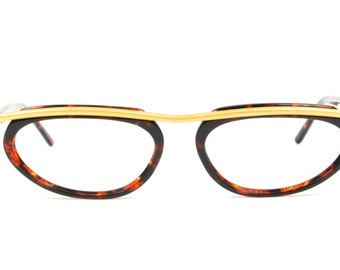 Club LA 5153 is an eccentric combination frame in acetate with an eye-catching metal top bar