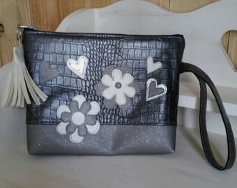 Trousse plate de maquillage ou fourre-tout pour sac, simili cuir croco argenté, appliqué fleurs et coeur