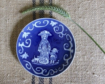vintage MOTHER'S DAY plate by Royal Copenhagen, Denmark, 1971 WALL hanging for Mors Dag of Mother & Daughter with cats