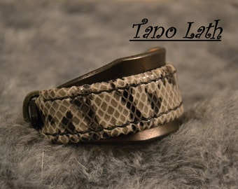 Bracelet in black dyed leather, and leather imitation Viper