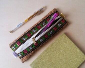 Trousse à crayons ethnique ultra tendance en liège et ruban..