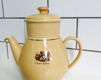Vintage coffee pot/teapot. Made by the dutch coffeebrand Douwe Egberts. Vintage coffee pot/tea pot the. Nice piece of vintage!