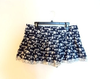 Blue mini skirt with flowers pattern. Short-Skirt. Blue and white mini skirt with lace. Vintage clothing.