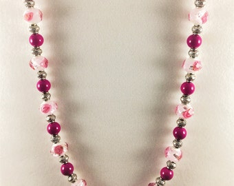 Glass bead necklace with rose design