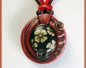 Colgante rojo artesanal pintado mano, colgante flor boho hippie, colgante joyería contemporánea para ella, collar pintado flores, regalo.