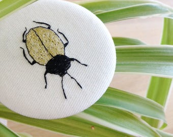Brooch embroidered by hand // les bestioles // black & gold // embroidery //handmade // insect
