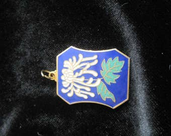 Cloisonne pendant, lovely chrysanthemum image with Chinese calligraphy lettering, gold-tone backing