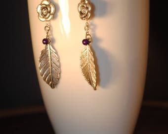 Earrings with metal feather and flower