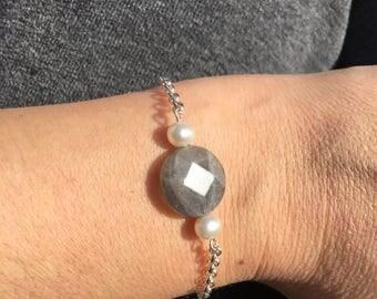 Sterling Silver jasseron bracelet of SilsJewels with Labradorite gemstone and freshwater pearls!