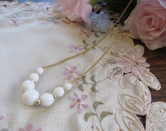 Retro white bead and gold-coloured chain necklace