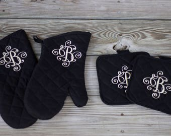 Monogrammed oven mitt - Personalized kitchen set - Embroidered oven mitt and pot holder - Housewarming gift - Bridal shower gift