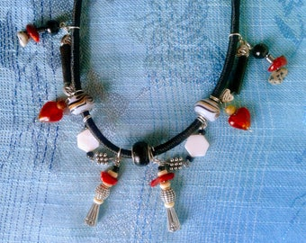 Necklace in black and Red