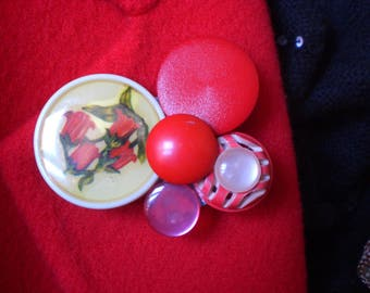 BROOCH RED BUTTONS