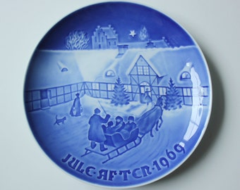 Arrival of Christmas Guests - Royal Copenhagen blue and white Commemorative Christmas plate - 1969 Denmark Christmas