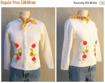 30% OFF SALE 50s 60s cardigan / embroidered flowers floral ivory cardigan / acrylic medium weight, pearly buttons / girls womens xs-small
