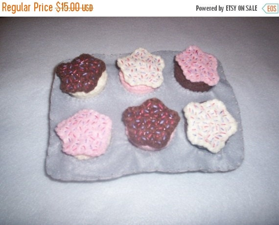 Flash Sale Chocolate, Vanilla, and Strawberry Felt Cupcakes in a Muffin Tin..pretend food..felt food..play kitchen..play food