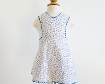 "Vintage 1960s Girls Size 12M Cobbler Smock Apron Mommy-Made / length 15"" / White Cotton Floral Print, Ric Rac Trim"