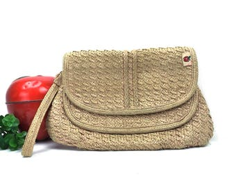 vintage 80s macrame grass purse woven plastic ribbon vegan handbag bag summer fashion chic retro straw wrist strap boho beige tan neutral