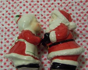 santa and mrs claus kissing shakers