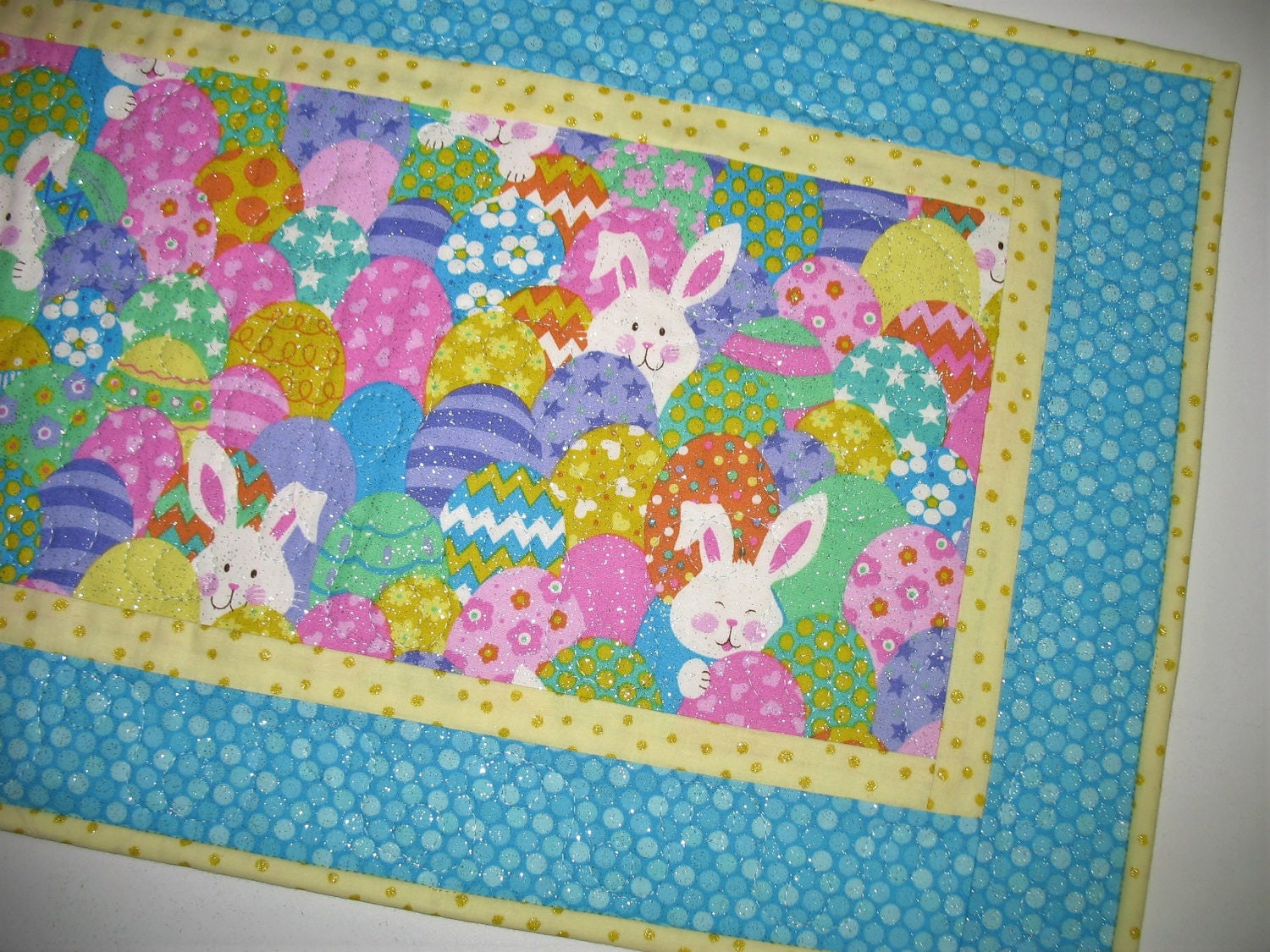 easter table runner easter eggs bunnies quilted table. Black Bedroom Furniture Sets. Home Design Ideas
