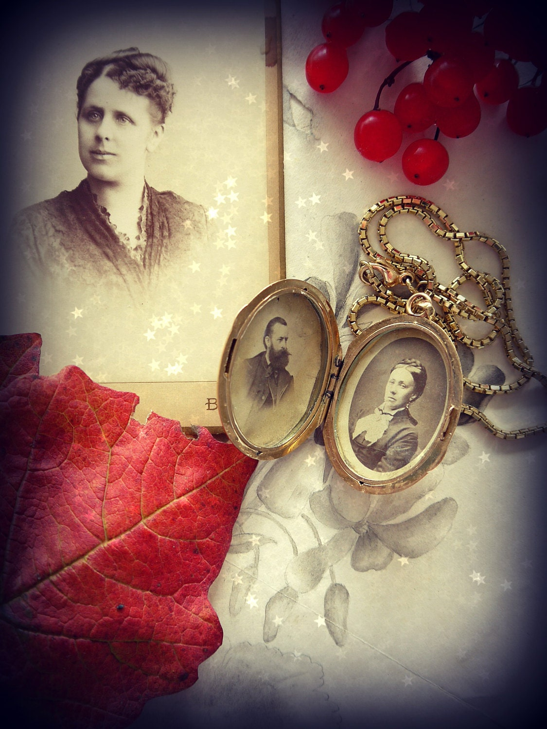 On this picture, you can see Paulinas parents inside the locket. They look quite severe though! But never mind, I think, most people made such faces, when a photograph was taken from them.