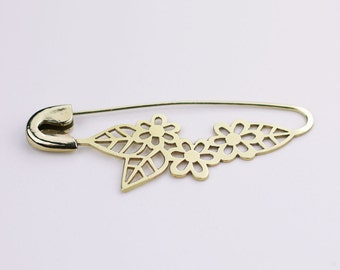 FIBULOSO FLORA hand sawed brass safety pin brooch
