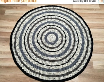 ON SALE Measures 45'' in diameter, Beautiful crochet round rug in black and white