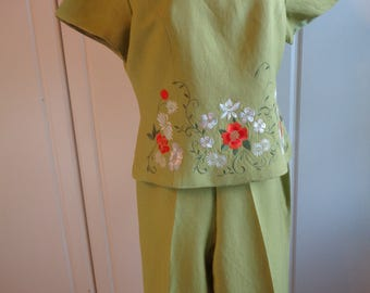 Retro Embroidered Linen Rayon Blend  Pantsuit Set  in Chartreuse Green Color with machine embroidered flowers on the Top in Good Condition