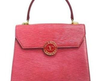 Vintage Valentino Garavani pink red epi leather handbag with round V logo motif. Classic Valentino kelly shape purse in apricot red.