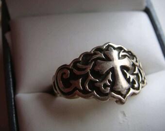 Lovely Scroll Motif Cross Ring