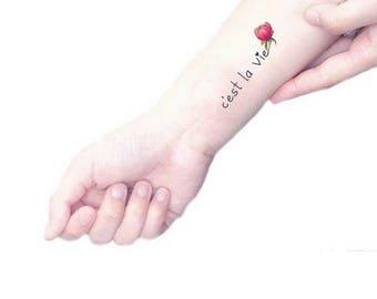 C'est la vie tatuaggio temporaneo con scritta / peonia rosa illustrazione floreale / fiori vintage calligrafia / tatuaggio botanico da polso