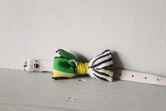 Bow tie cat collar >> Small dog bow tie >> Green and yellow floral bow tie, white leather strap and silver buckle >> Pet gift